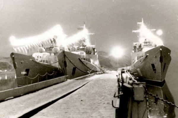 Полдень в Ара-губе, зима. Праздничная иллюминация и флаги расцвечивания на кораблях у 2 причала.