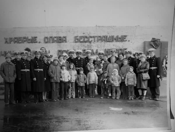 После парада 1 мая 1982 года – штаб, командиры кораблей, семьи