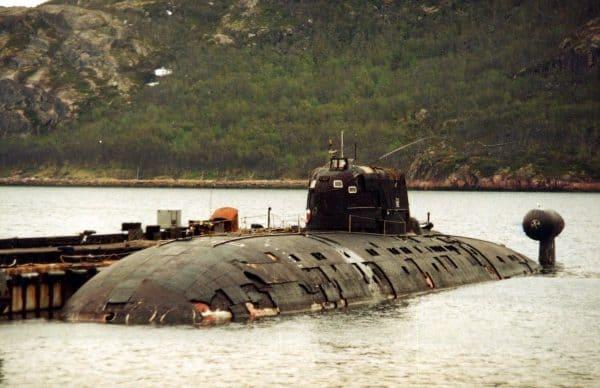 Б-276 «Кострома» у пирса в Ара-Губе, июнь 1997 года