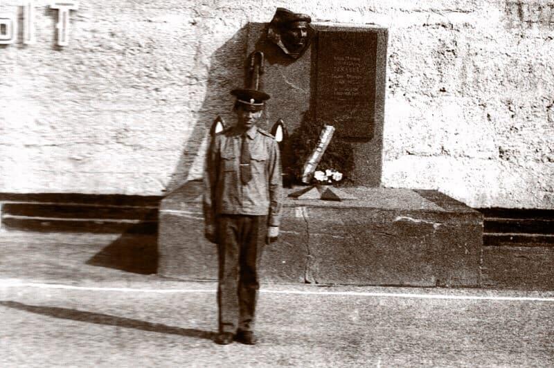 Замполит 735 ВСО Евгений Мартынович Новицкий у памятника в расположении 130 бригады (середина 80-х годов)