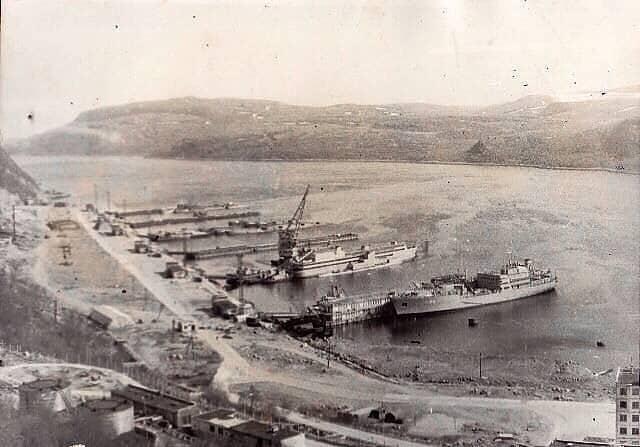 Ара-Губа, скорее всего середина восьмидесятых годов, снимок сделан с нижней части склона сопки над расположением подводников (казармы, штаб и камбуз остались за кадром)