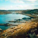 Ара-Губа, год 1999-й или 2000-й, так как «Курск» и «Воронеж» ещё на месте, а кораблей из 130-й бригады ПЛК уже нет, снимок сделан со склона сопки над «проходкой»