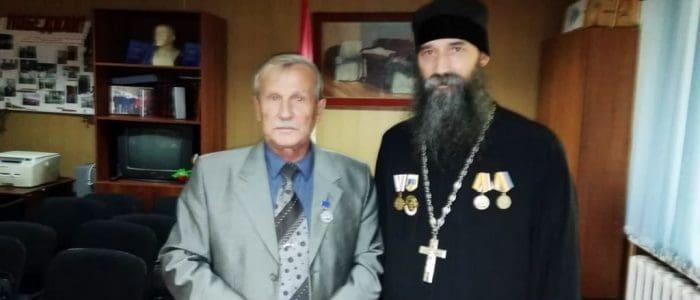 Вручение награды контр-адмиралу Е. А. Бородичу от лица командования 7-й дивизии АПЛ СФ