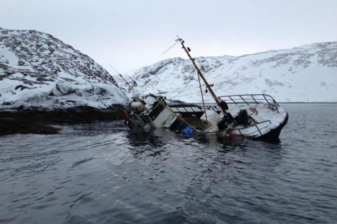 Затонувший рыбацкий катер (фото пресс-службы Северного Флота)