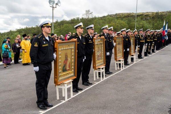 У мемориала подводникам, погибшим в океане. Видяево, 12 августа 2018 года